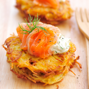 Potatoes rösti with smoked salmon, sour cream, and chives.