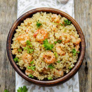 Bol de quinoa avec crevettes grillées ou sautées, quinoa, persil et légumes au choix comme du chou frisé, des patates douces et de l'avocat. Un lunch simple et sain!