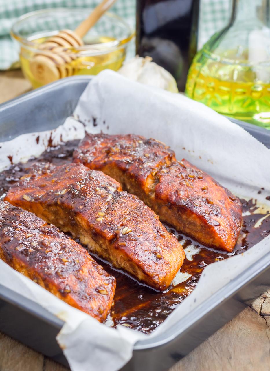 Filet de saumon cuit au four avec du sirop d'érable et de la sauce soja. Servi idéalement sur un lit de riz blanc cuit à la vapeur.