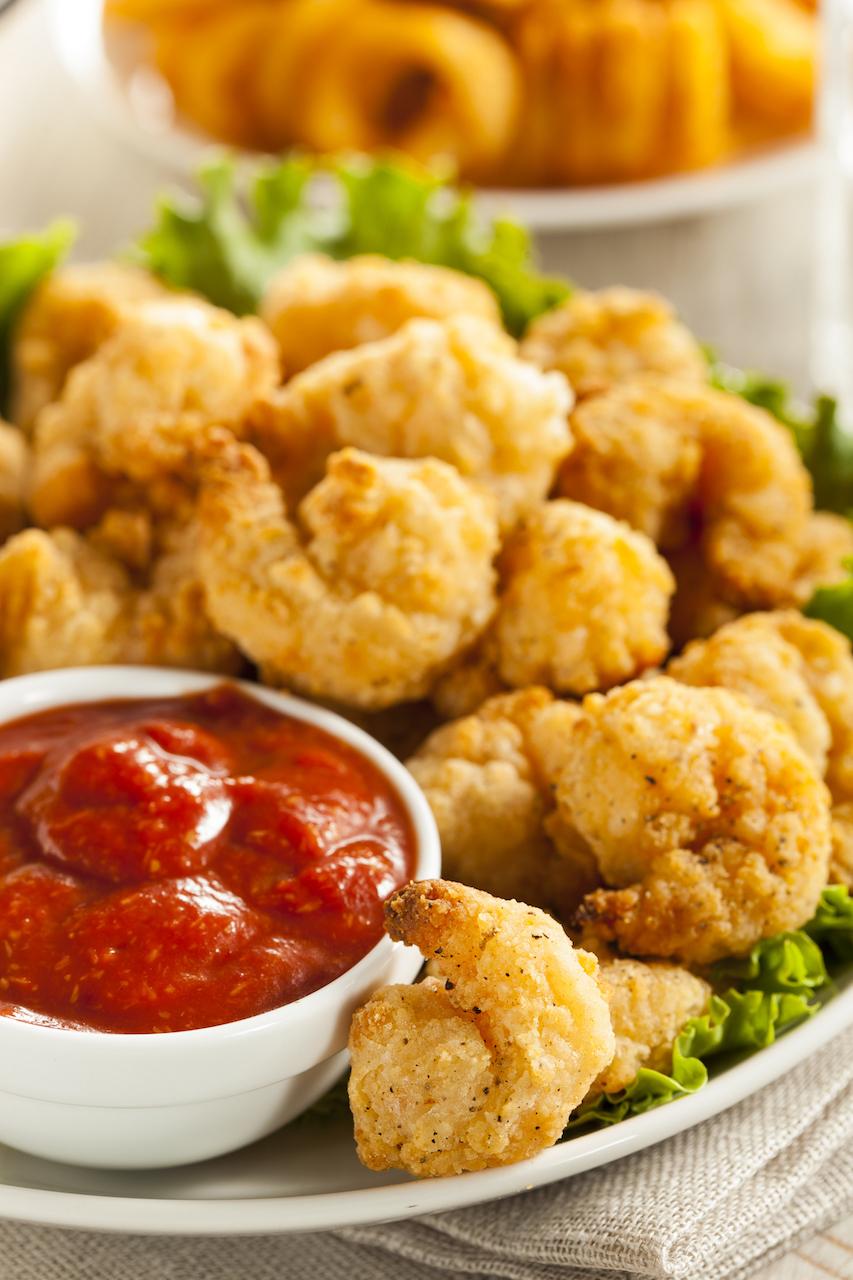Crevettes avec panure biologique accompagnées de sauce cocktail ou wok. Super pour les enfants!