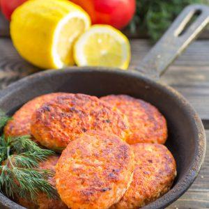 Gâteaux au saumon croustillants avec œuf, chapelure ou panko, persil, citron, ail et mayonnaise. Super pour les enfants!