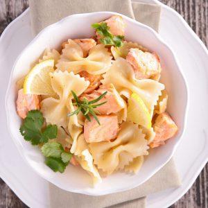 Pâtes et crevettes, saumon, citron et persil. Un excellent choix pour les enfants ou comme plat principal familial.