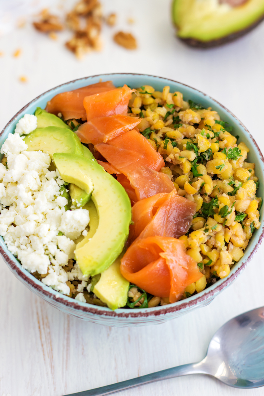 Smoked salmon power bowl with quinoa, avocado, dill, parsley, lemon, and chickpeas. A quick and healthy lunch!