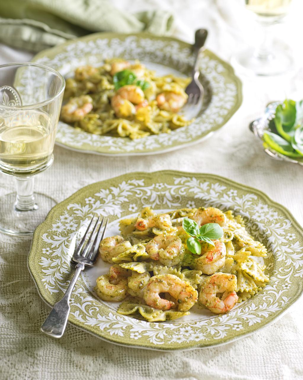 Pâtes aux crevettes avec pesto et fromage parmesan. Un lunch ou un souper simple et délicieux.