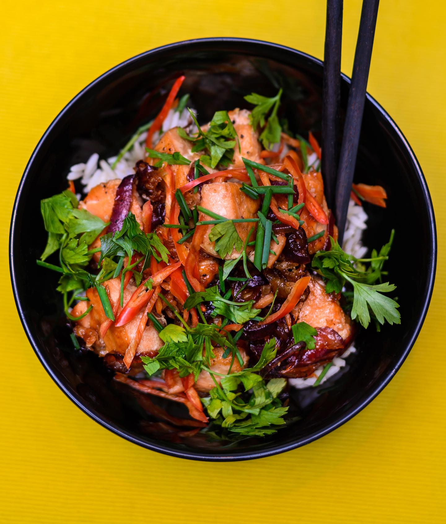 Saumon rôti, poivrons tranchés, oignon rouge, ciboulette, riz à la vapeur, coriandre ou persil, et fondant teriyaki ou sauce soja.